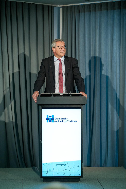 Ministerialdirigent Dr. Bernhard Felmberg auf der 3. Jahrestagung und der Mitgliederversammlung des Textilbündnisses, am 11. Oktober 2017, im Quadriga Forum in Berlin